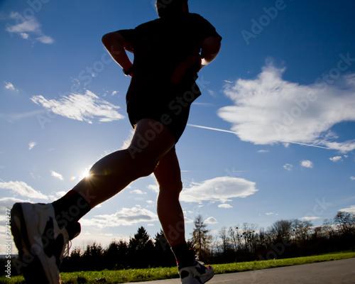 Marathonläufer im Gegenlicht