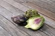 Gemüse - Artischocke auf Holztisch