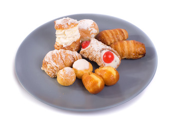 piatto di pasticcini assortiti