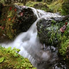 Langzeitbelichteter Wasserfall