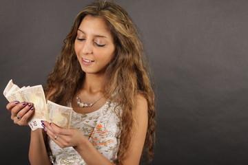 Eine junge Frau zählt Geld