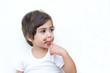 bambino mangia con le dita