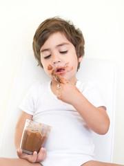 bambino mangia cioccolata con il dito