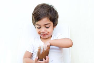 bambino svuota bicchiere di cioccolata