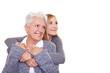 Enkelin und Oma schauen in die Zukunft
