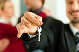 Paar erhält Schlüssel zur Wohnung von Makler