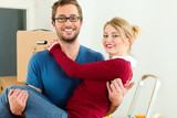 Junges Paar bei Umzug oder Einzug