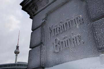 Fernsehturm von der Friedrichsbrücke aus gesehen