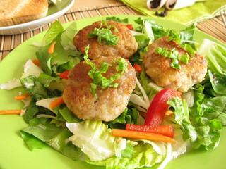 Salat mit kleinen Frikadellen