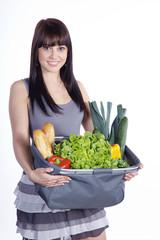 Hübsche Frau mit Einkaufstasche, Obst und Gemüse, hoch