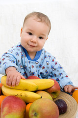Baby mit Obst