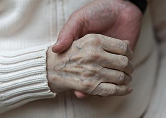 Hand einer Greisin