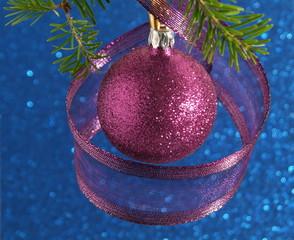 Weihnachtsschmuck in violett