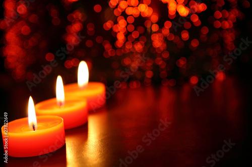 trio svíček s oranžovými světly