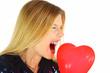 Freche junge Frau mit rotem Herz