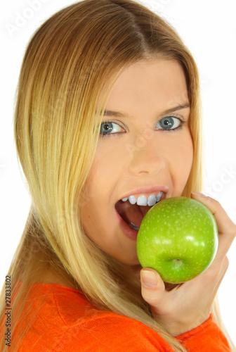 Junge Frau mit weissen Zähnen und grünem Apfel