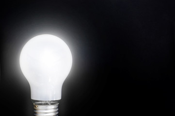 点灯した白熱電球
