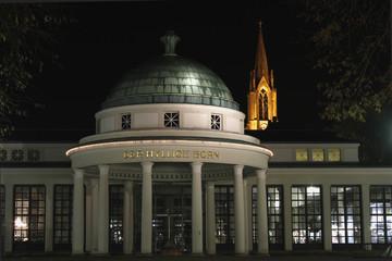 Hylliger Born und Stadtkirche Bad Pyrmont, Nachtaufnahme