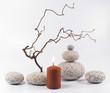 Steine, Kerze, Zweige