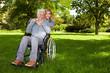 Behinderte Frau im Park