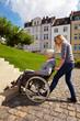 Frau hilft Rollstuhlfahrerin