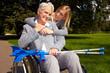 Sommertag mit Rollstuhlfahrerin im Park