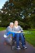 Oma mit gehbehinderter Enkelin im Park