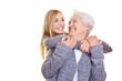 Oma und Enkeltochter schauen sich an