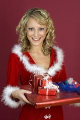 Frau mit Weihnachtsgeschenke
