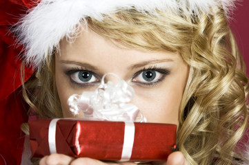 Was ist da drin? Frau in Weihnachtskleidung.
