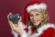 Frau im Weihnachtskleidung mit einem Herz.-Santa Claus