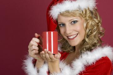 Sanata Claus Frau trinkt eine Milch.