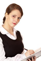 Hübsche junge Frau notiert sich etwas in ihr Notizbuch