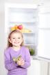 Kind vor Kühlschrank