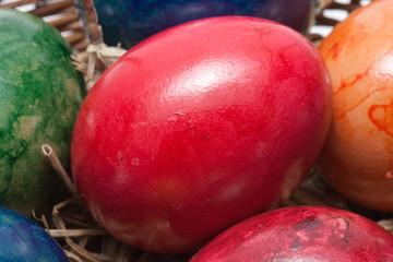 Nahaufnahme von farbigen Eiern im Korb