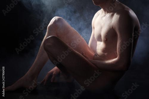 Nackter Mann im Scheinwerfer Licht