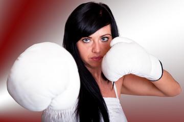 Junge Frau mit Boxhandschuhen 105hrot