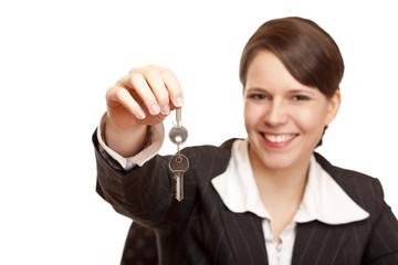 Immobilienmakler übergibt freudig Schlüssel für Eigenheim
