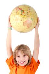 Enfant souriant tenant le globle à bout de bras