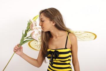 Eine hübsche Biene riecht an einer Blüte
