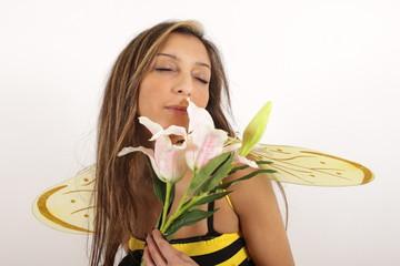 Ein hübsches Bienchen träumt von leckerem Honig