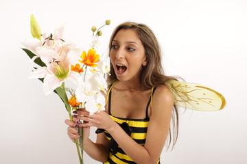 Eine Frau freut sich über Blumen