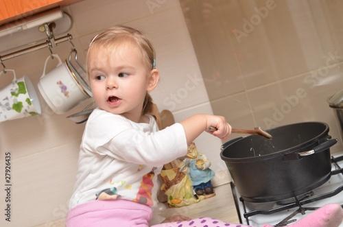 Danger accident domestique b b joue avec la gazini re for Accident domestique cuisine