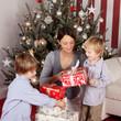 mutter und söhne packen geschenke aus