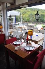 table de restaurant avec vue sur la campagne