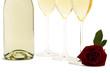 eine nasse rote rose vor drei sektgläsern und einer sektflasche