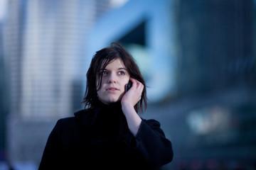 junge Frau mit Mobiltelefon im Freien