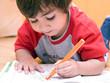 bambino che colora sul quaderno - 27994267