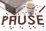 Fototapety Kaffee Pause -  am Schreibtisch im Büro