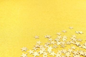 Fond doré et étoiles brillantes